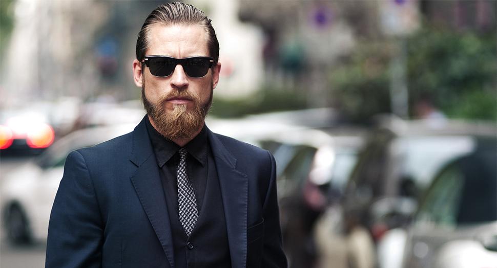 Приталенный костюм, удачно подобранные тона одежды, стриженная борода и зачесанные волосы сделают тебя таким же крутым, как парня на этом фото
