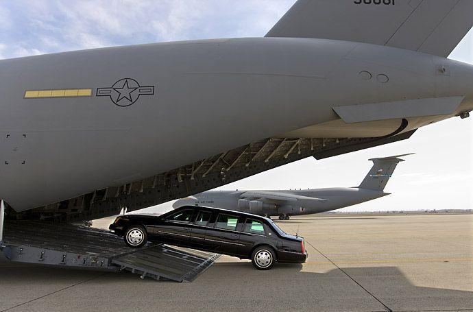 Транспортный самолет Globemaster C-17 используется секретной службой для перевозки президентского лимузина