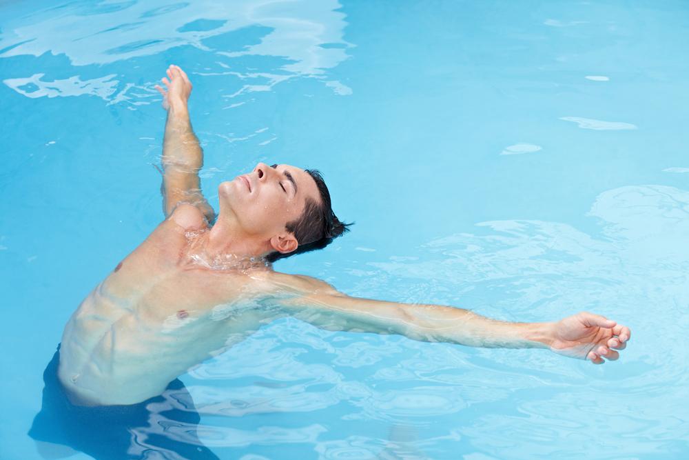 Для начала нужно научиться держаться на воде