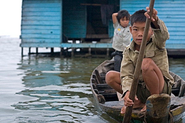 В Камбодже в школу плавают на лодках