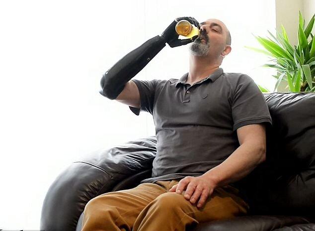 Бионическая рука удерживает бутылку с пивом