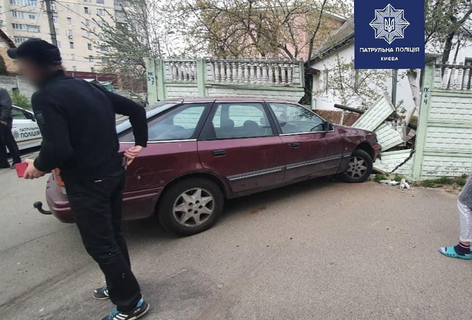 В Киеве пьяный водитель снес забор и разбил машину