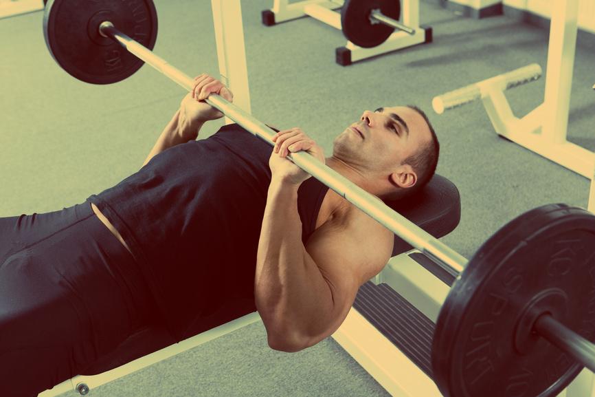 Жим лежа - одно из самых эффективных упражнений для рельефной груди