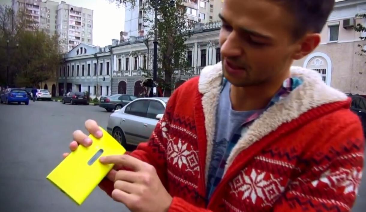 Узнают ли прохожие в этом смартфоне Nokia Lumia 920?