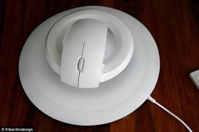 Комплект включает в себя коврик для мыши с магнитным кольцом, которое и позволяет гаджету плавать в воздухе на высоте