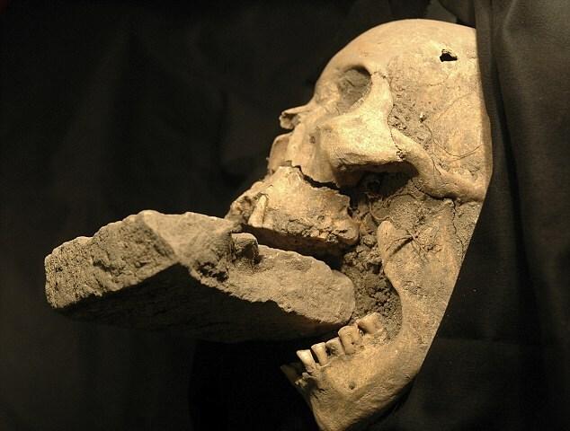 Останки 60-летней женщины, которая была захоронена в братской могиле с камнем во рту
