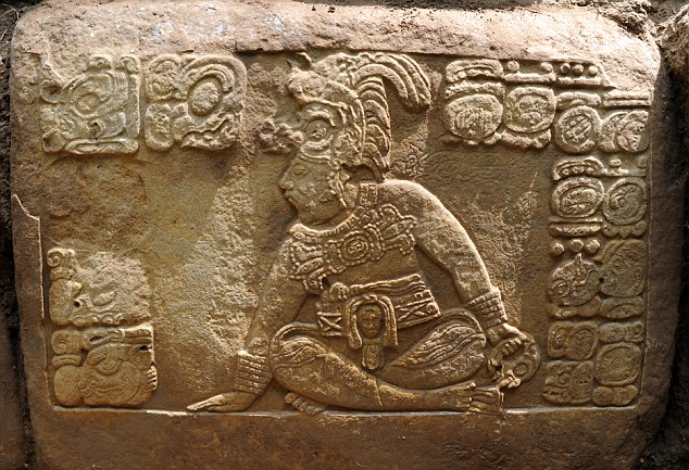 На плите может быть изображен правитель майя