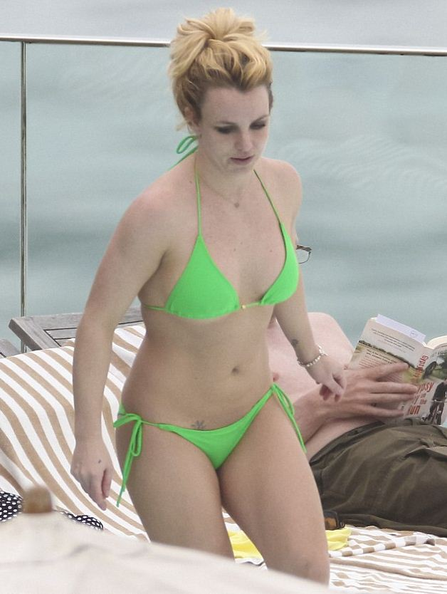 Бритни спирс фото в купальнике в молодости фото чад крюгер и аврил лавин разводятся