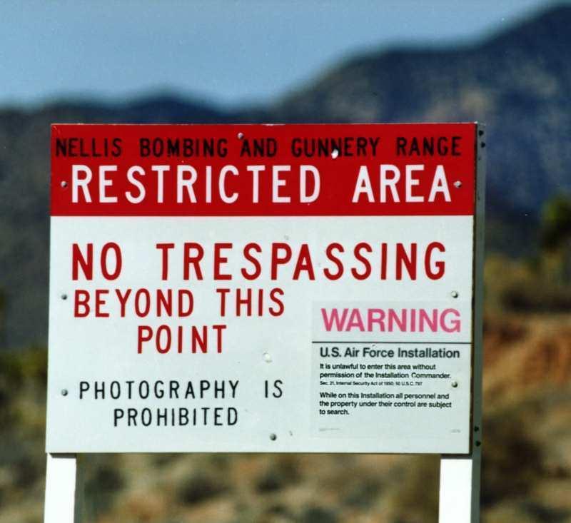 Запрещающие знаки перед въездом на Area 51