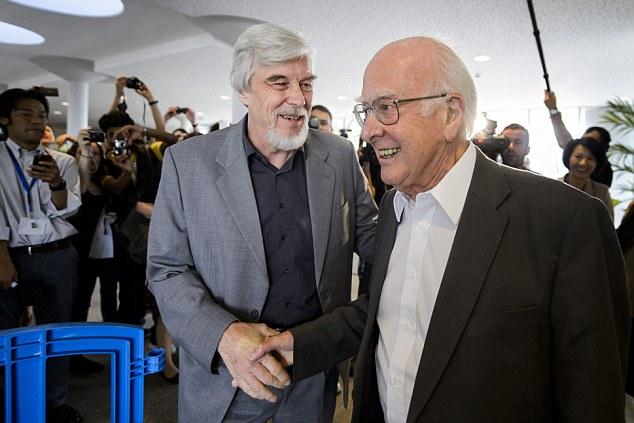 Рольф-Дитер Хойер, генеральный директор Европейской организации ядерных исследований (ЦЕРН) приветствует физика Питера Хиггса (справа)