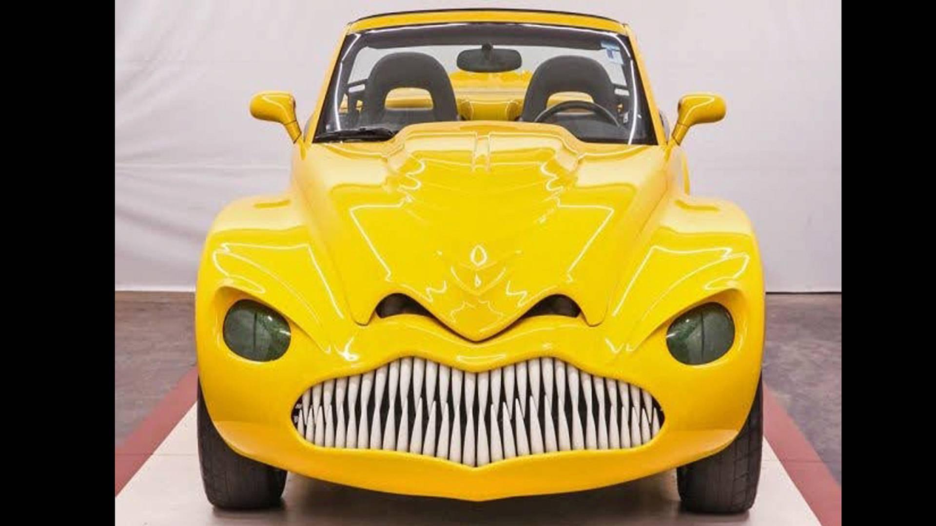 На передней части авто расположены сверкающие зубы