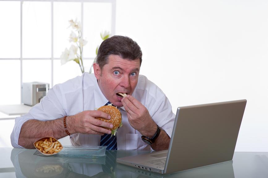 Еда на рабочем месте угрожает перееданием