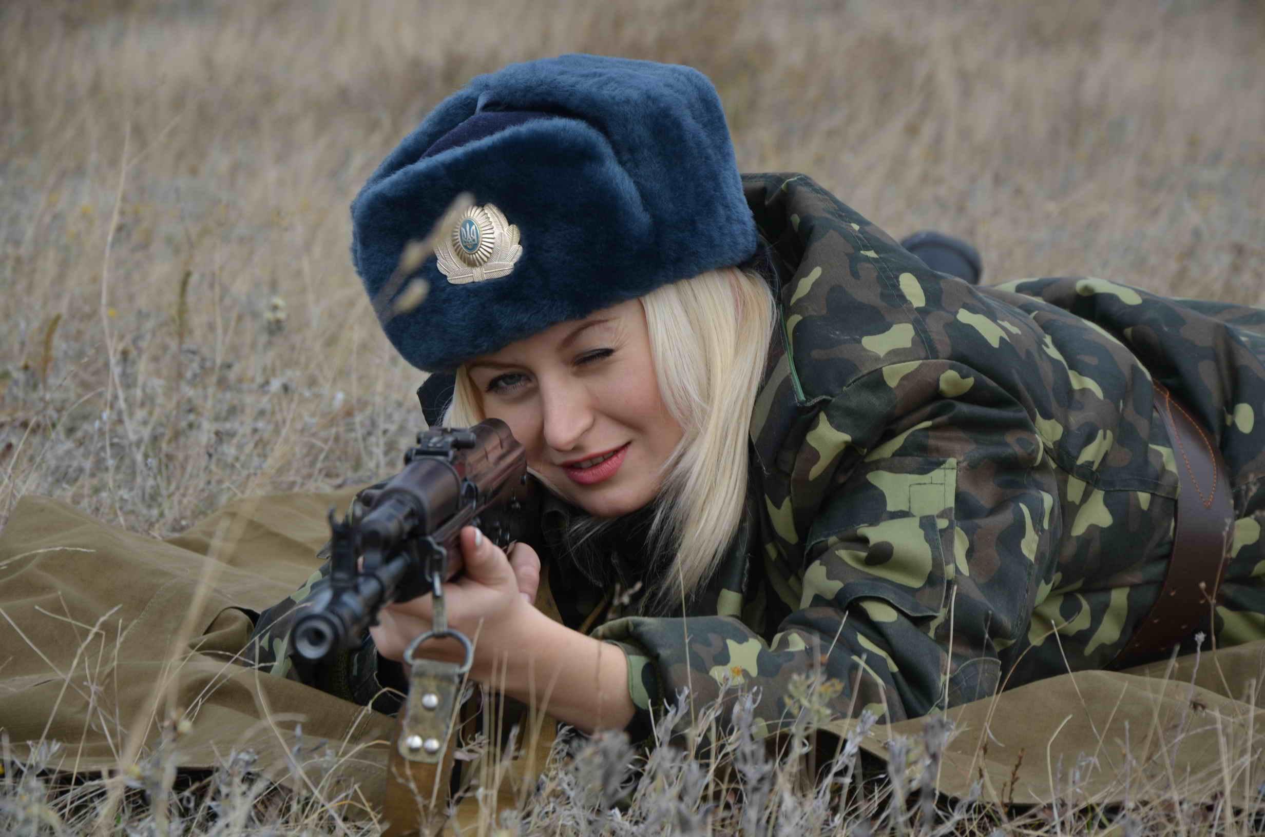 Связанные девушки в военной форме 13 фотография