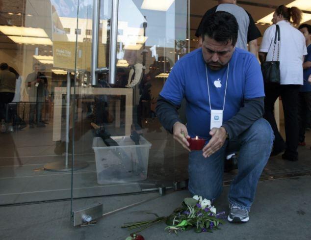 Возле магазинов Apple зажигают свечи