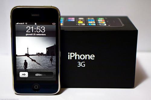 iPhone 3G - 2008-й год. Пластиковый и округленный корпус. Появилась поддержка сетей UMTS. Добавлен GPS модуль.