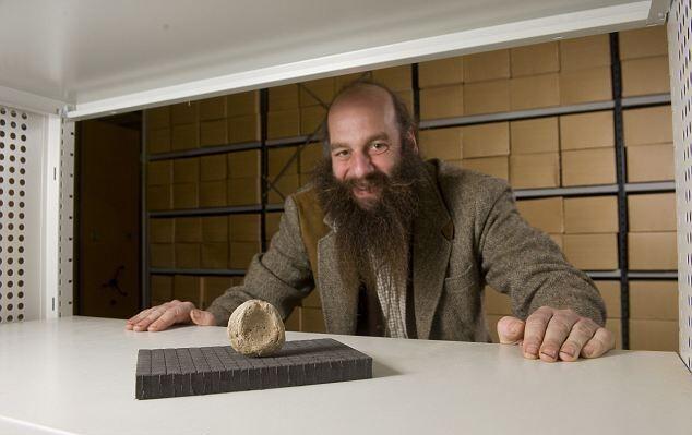 Куратор музея Роб Саймонс посочувствовал археологам, отмывавшим камни