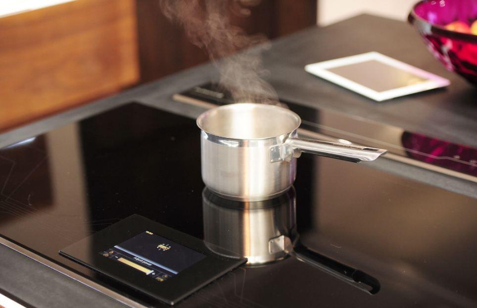 Кухня оснащена самой крутой индукционной плитой.