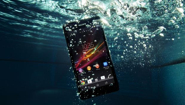 Sony Xperia ZR анонсирован буквально на днях. Обладает такими же характеристиками, как у предшественника, но зато сможет работать под водой на глубине до 2-х метров - такого iPhone точно не сможет.