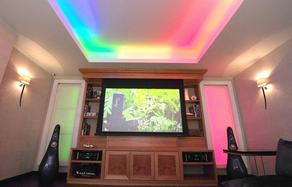 В доме освещение реагирует на происходящее на экране, создавая эффект полного присутствия. А если звучит музыка — свет пульсирует в такт. Кроме того, охранная система проецирует голограмму, отпугивая грабителей.