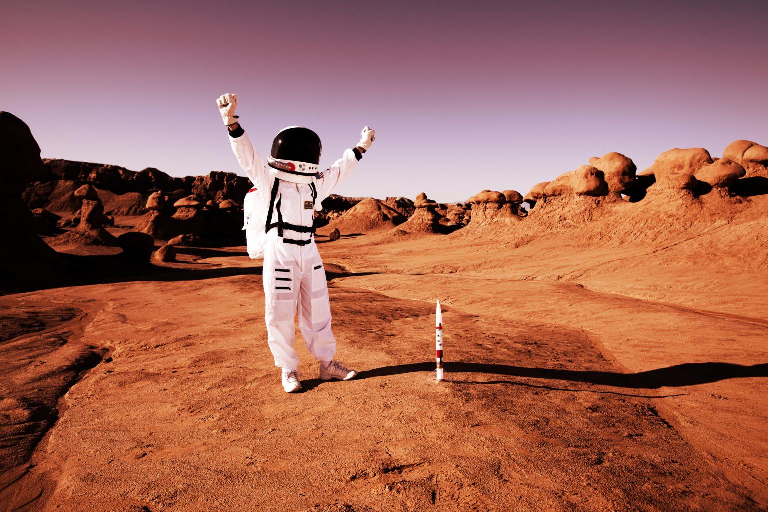 Из-за слабой гравитации Марса человек там весит гораздо меньше