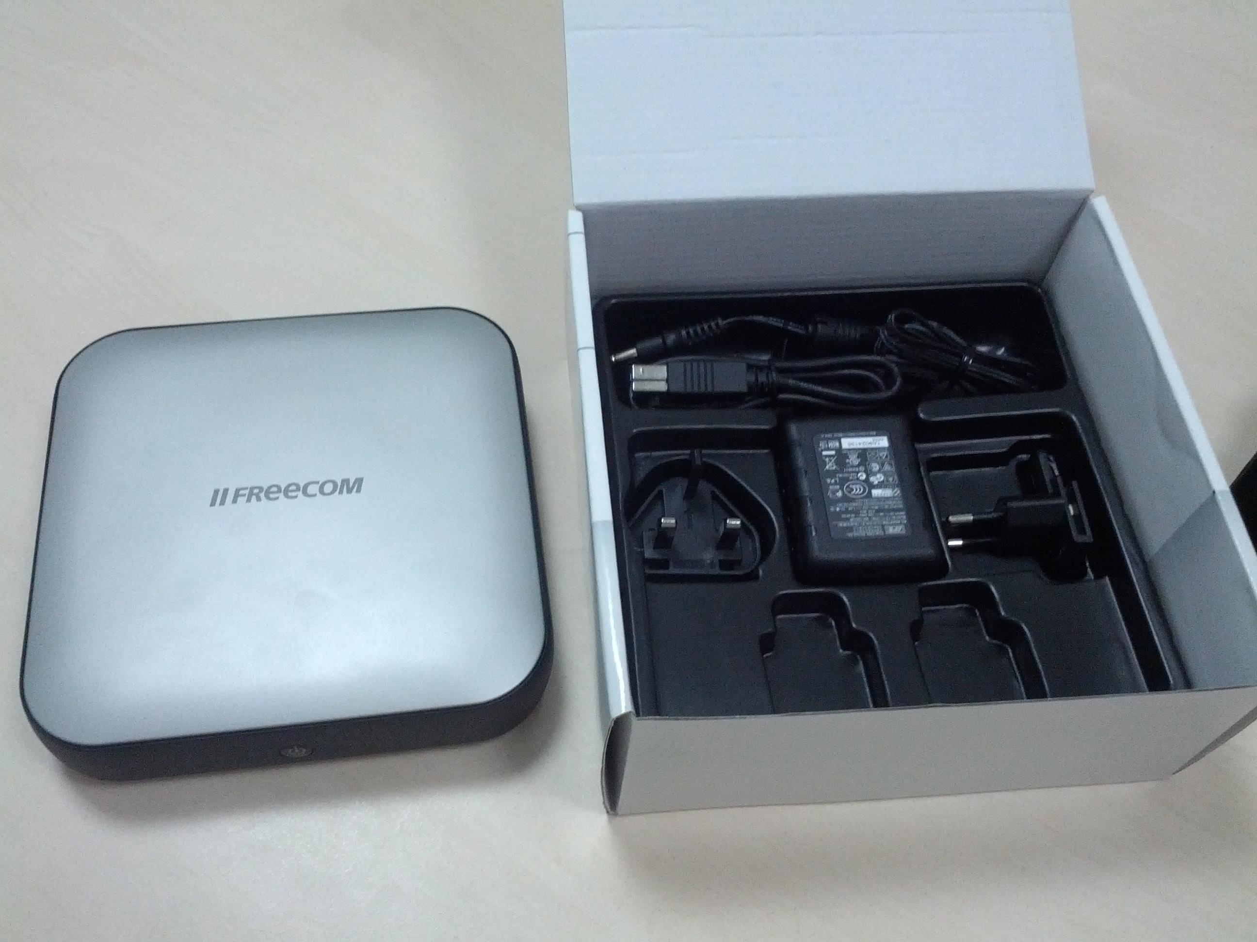 Набор скудный: сам жесткий диск, USB 3.0 кабель и провод питания