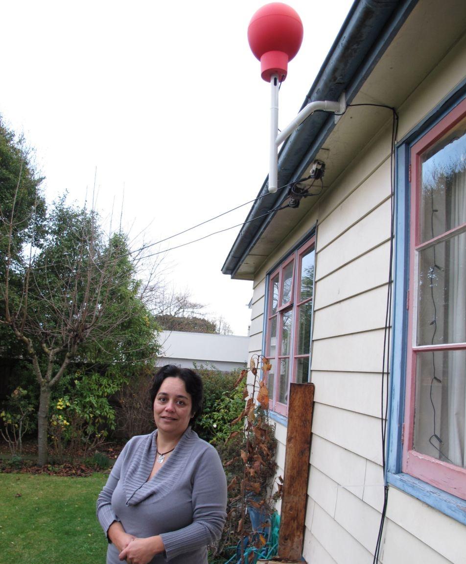 Таня Гилкрист – один из 50 участников проекта. Приемник, похожий на красный баскетбольный мяч, установлен у нее на крыше.