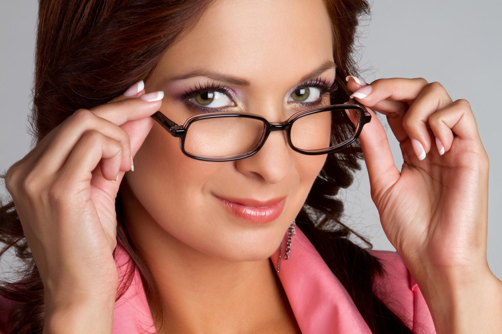 Макияж для женщин которые носят очки