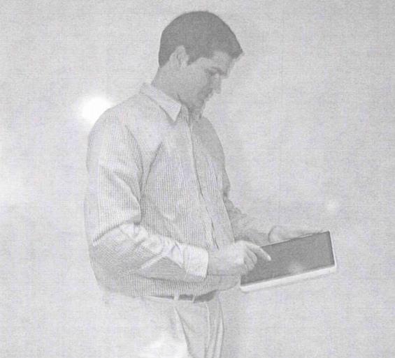 Джонатан Айв с прототипом iPad
