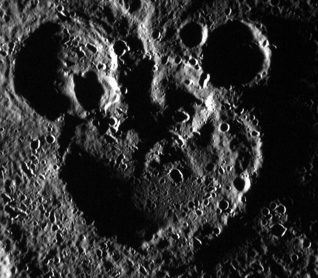 Голова Микки Мауса на Меркурии