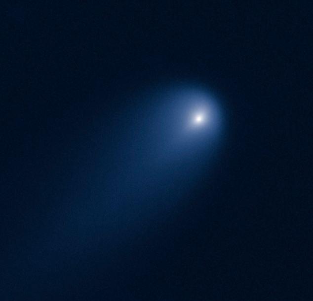 По мере приближения к Солнцу, комета становится ярче