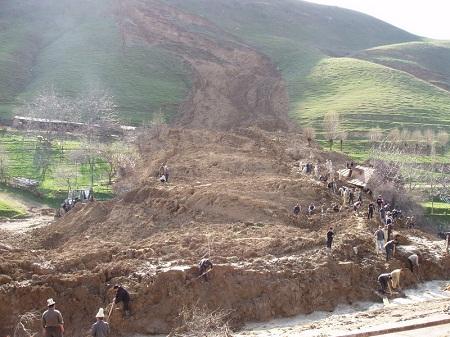 Землетрясение в Ганьсу повлекло за собой оползни, сметавшие поселения