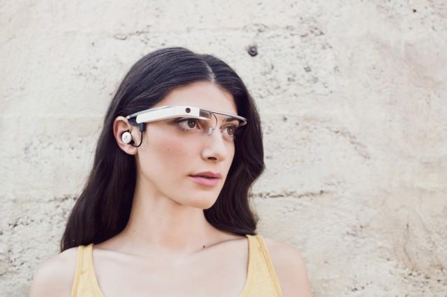 Новые очки Google Glass имеют наушник