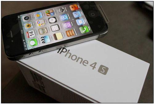 iPhone 4S - 2011-й год. 2-ядерный процессор и вирутальный помощник Siri.