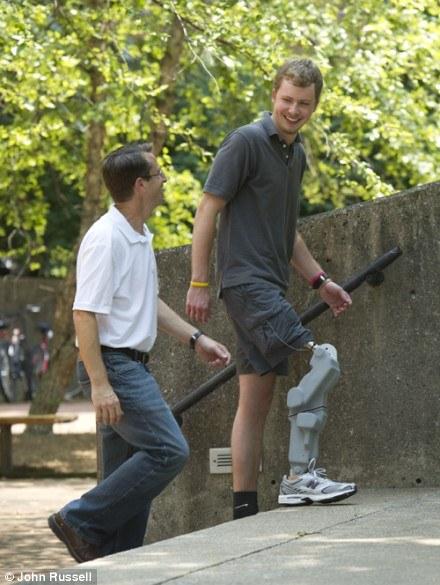 Крейг ходит по лестнице как обычный человек