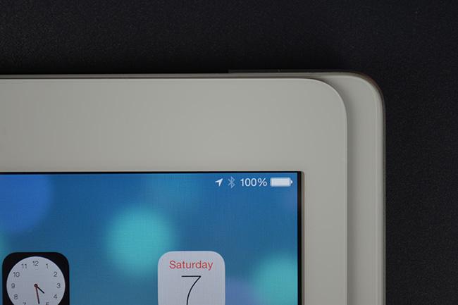 Дисплей нового iPad. Видно iOS 7 и четкий экран.