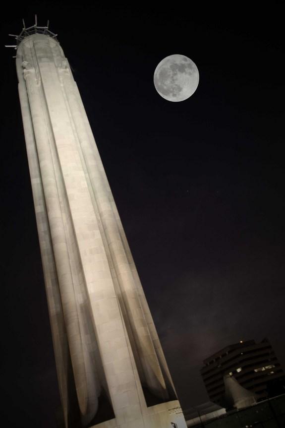 Суперлуна над мемориалом Первой мировой, Канзас-Сити, США
