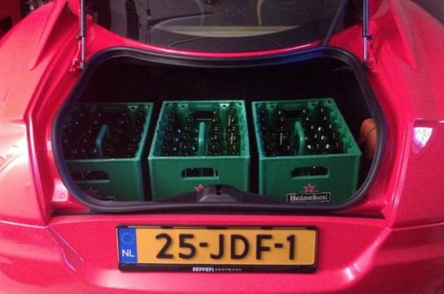 Багажник Ferrari 599 спокойно вмещает 3 ящика пива