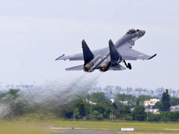 Cу-35 идет на взлет