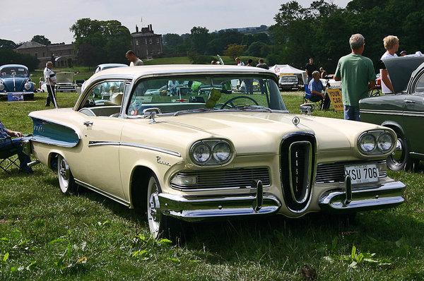 Можно по-разному относится к дизайну Edsel, но следует признать — работа Роя Брауна получилась броской и запоминающейся. На снимке хардтоп Pacer 1958 года