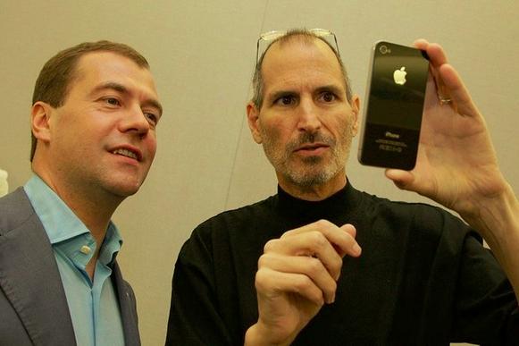 Стив Джобс дарит Медведеву iPhone 4 (2010 год)