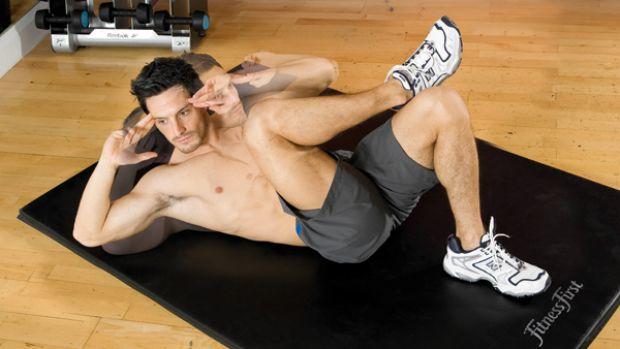 Упражнение лучше выполнять на мате