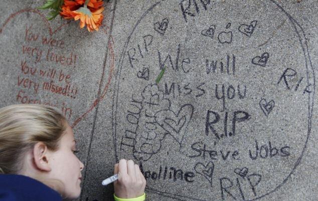 Соболезнования пишут прямо на стенах