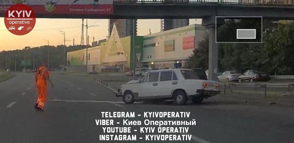 В Киеве отличились водители Lada, а экскаватор врезался в легковушку: Сводка