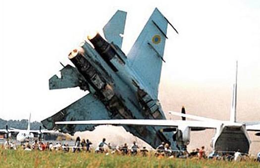 5 место. Скниловская трагедия. Трагедия на авиашоу в Скниловском аэродроме потрясла мир. Пилот Су-27 решил выполнять косую петлю с поворотом в сторону зрителей. Самолет потерял управление и врезался в толпу. Погибло 77 человек, из них 28 детей. По другим данным жертв больше. Более 500 человек получили ранение.