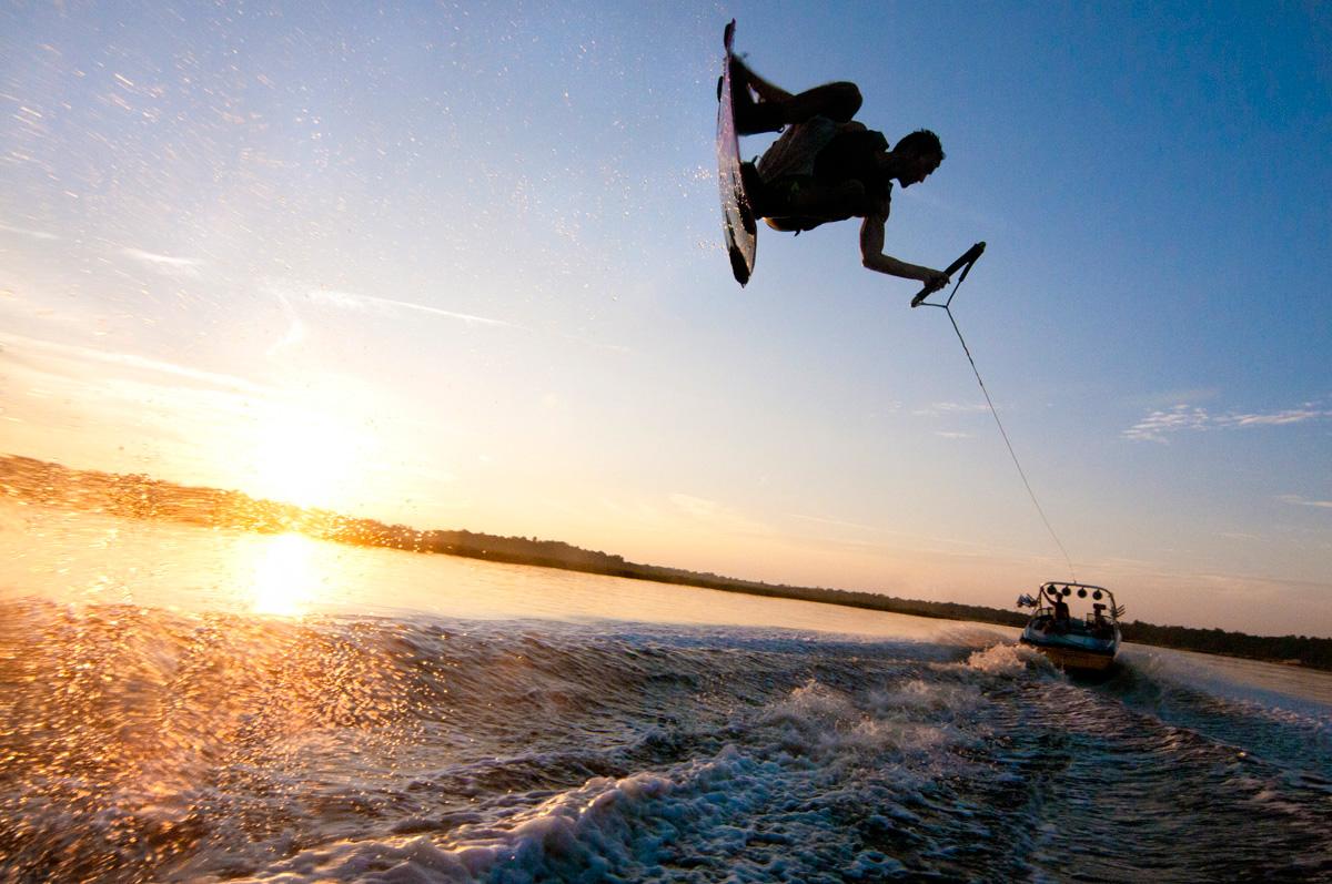 Доска, вода и моторная лодка - все, что нужно вейкбордистам для счастья