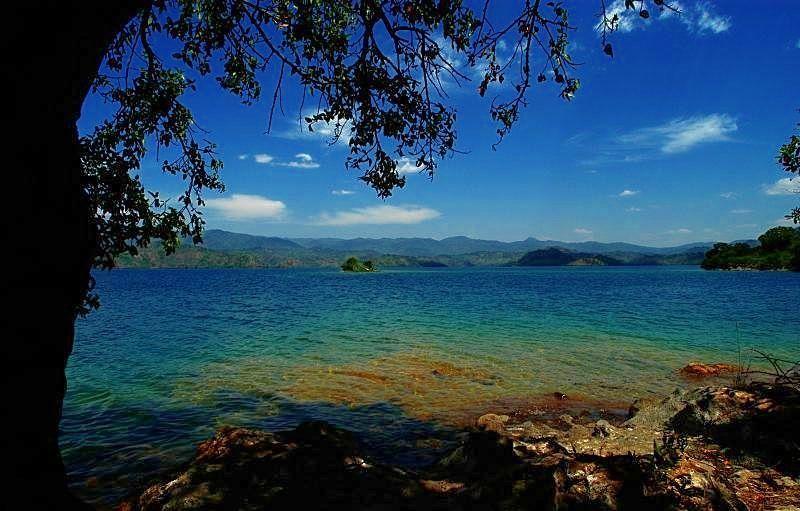 Малейшее землетрясение или вулканическая активность - и озеро Киву взорвется