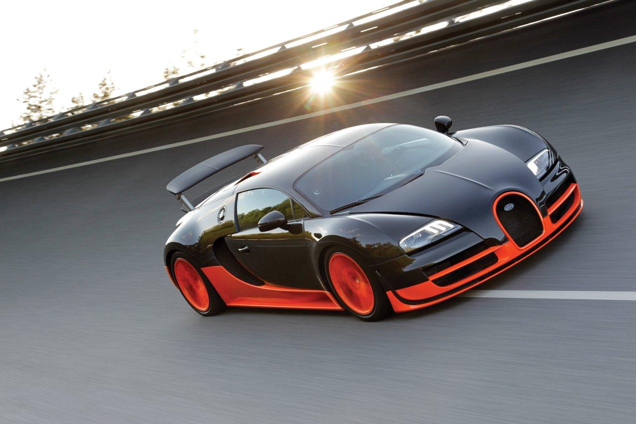 На серийных Bugatti Veyron стоит ограничитель скорости, который срабатывает на отметке 415 км/ч