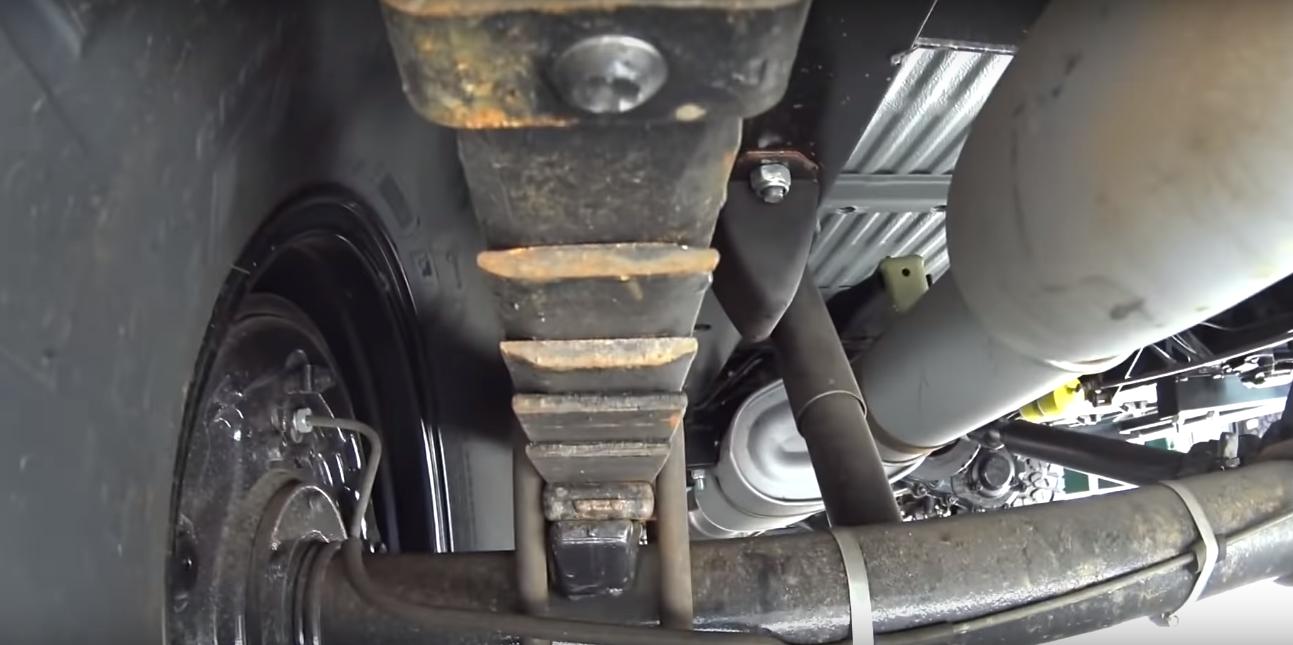 Некоторые части новенького авто покрыты ржавчиной