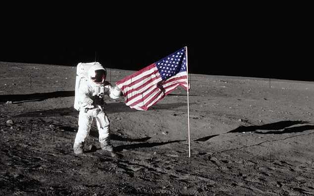 Один из флагов на Луне исчез