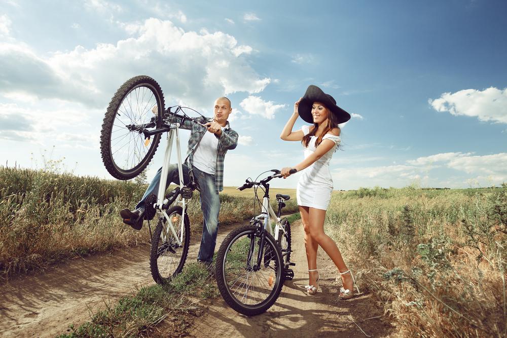 Фото парень с девушкой на велике